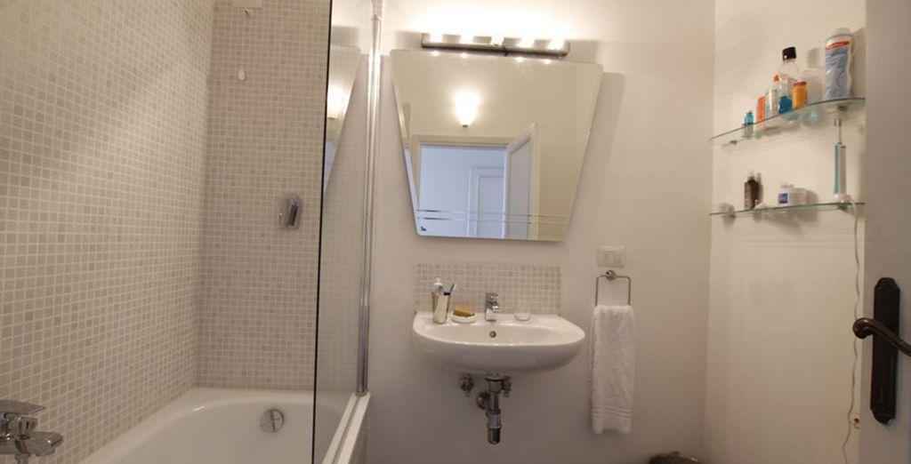 La première salle de bains avec baignoire