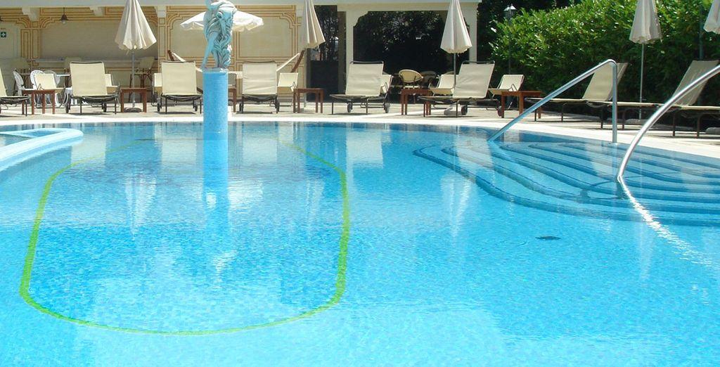 Vous pourrez vous détendre au bord de la belle piscine extérieure...
