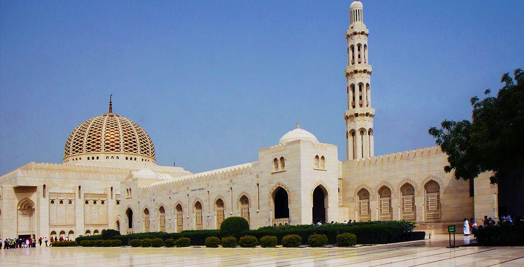 vous découvrirez l'architecture saisissante de la Grande Mosquée du Sultan Qaboos