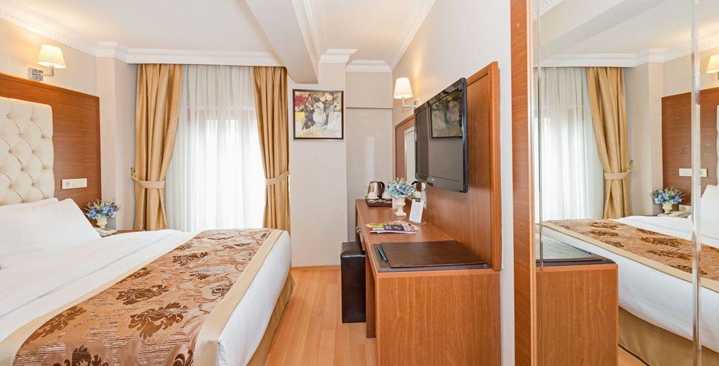 En chambre claire et confortable à l'hôtel Skalion 4*