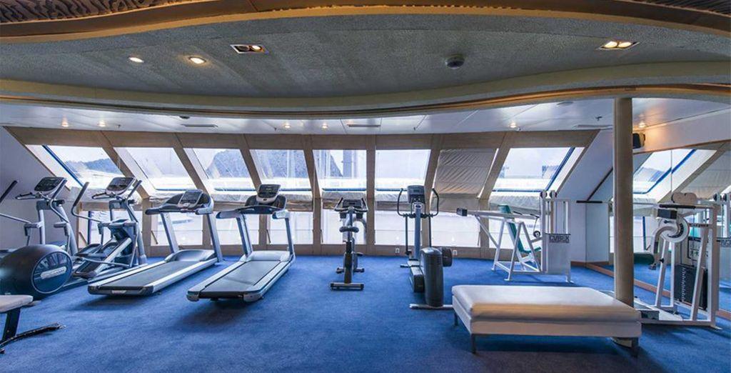 Ou transpirez à la salle de fitness tout en admirant la vue sur la mer