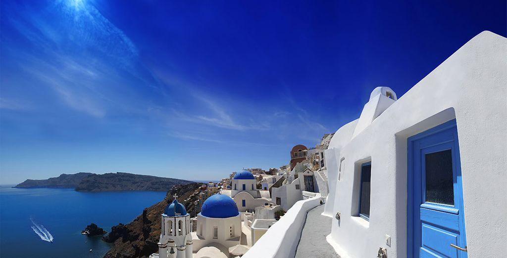 Photographie de la ville de Santorin lors d'un séjour en Grèce et sa vue sur la mer méditerranée