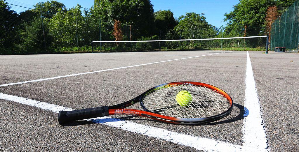 Puis rendez-vous sur le court de tennis et travaillez votre coup droit