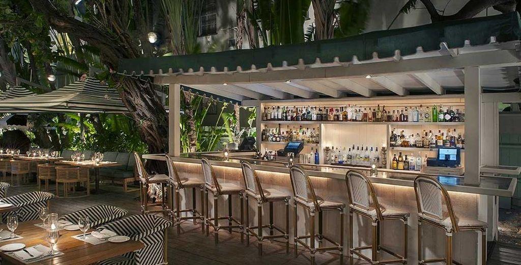 Et buvez un verre au bar de l'hôtel