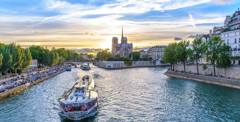 Photographie de la Seine et d'une croisière au cœur d'un bateau mouche à Paris