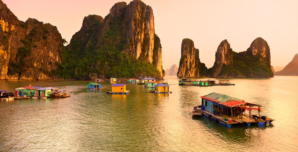 Voguerez sur les eaux tranquilles de la baie d'Halong