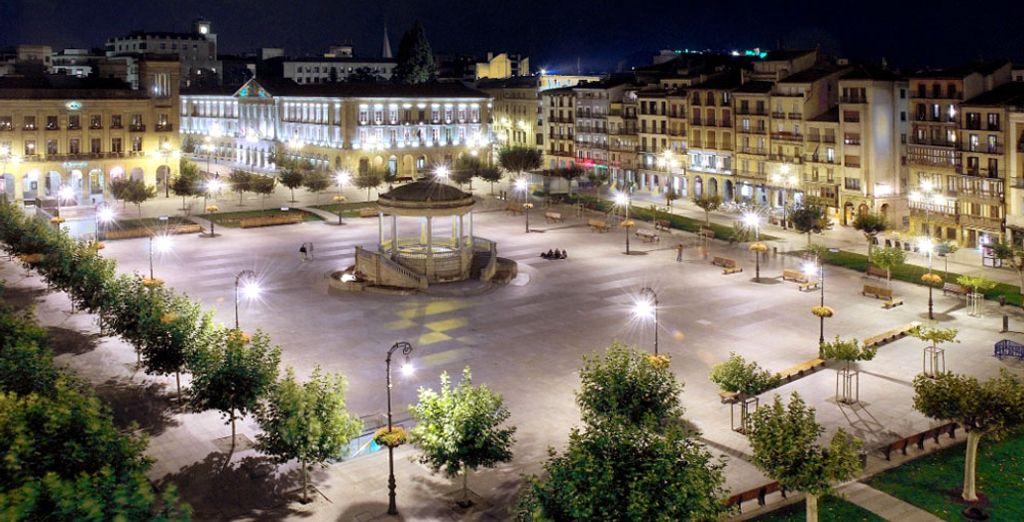 Visitez la célèbre Plaza del Castillo, juste en face de l'hôtel