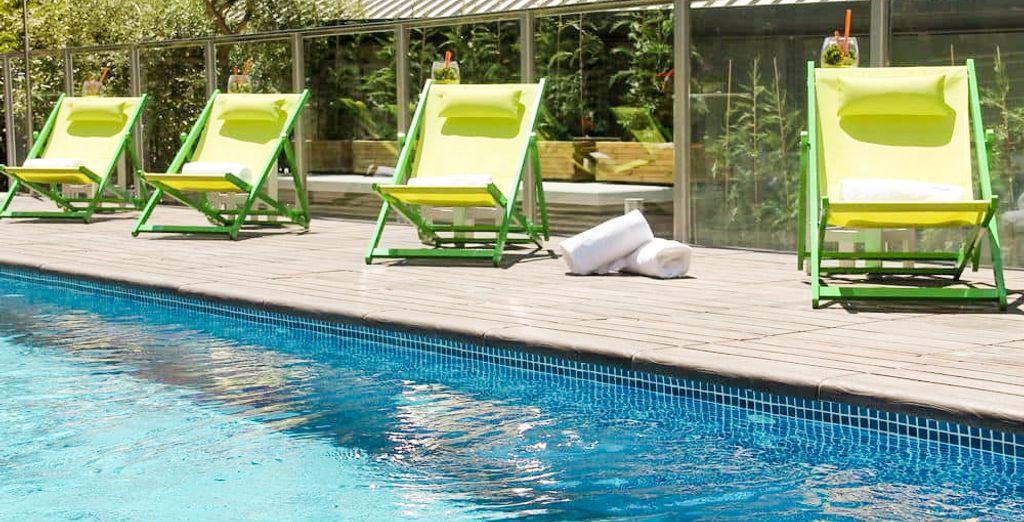 La piscine extérieure vous accueillera pour des plongeons rafraîchissants