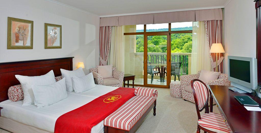 Séjournez dans une chambre cosy offrant une vue sur le parc et les collines des forêts environnantes