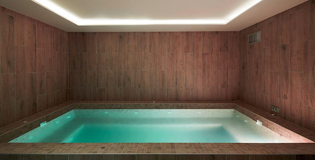 et délassez vos muscles dans le grand bain à remous du Spa.
