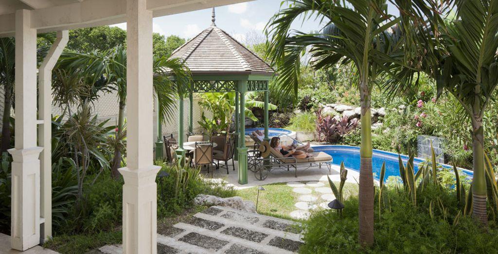 Se prolongeant d'un jardin avec piscine privée
