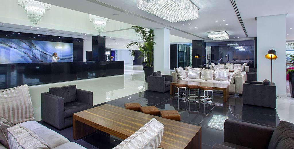 Reposez-vous dans le lobby, et découvrez les services haut de gamme de cet hôtel