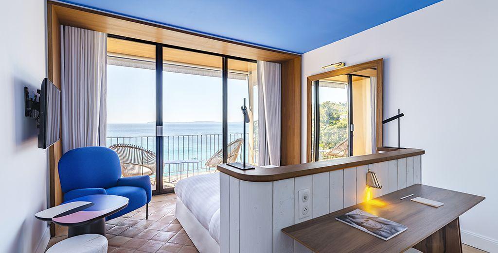 Pour un séjour propice à l'évasion, en chambre avec balcon et vue infinie sur la mer
