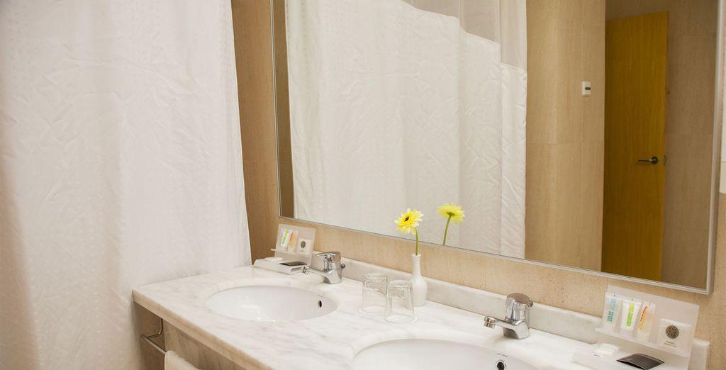 Accompagnée de sa salle de bain moderne