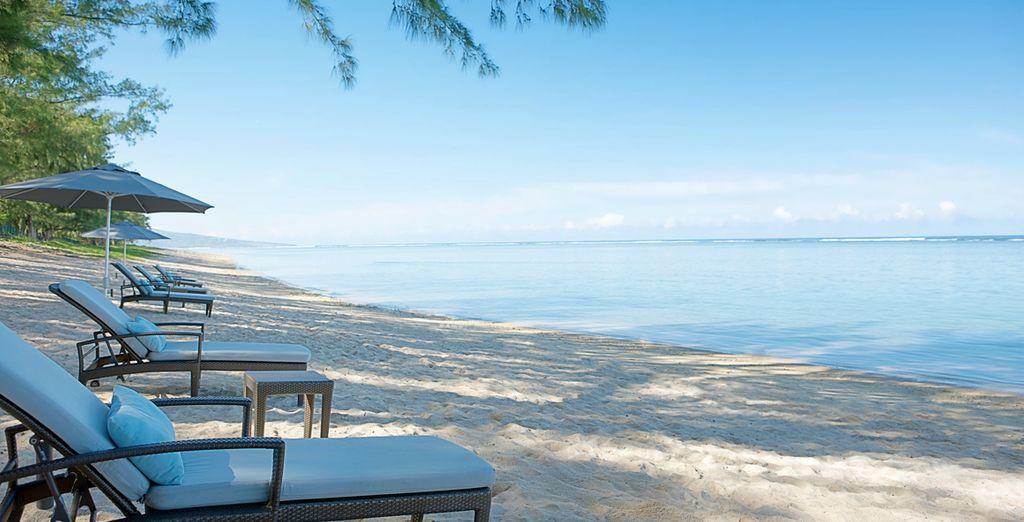 o con i piedi nella sabbia fine e dorata della spiaggia di fronte il Resort