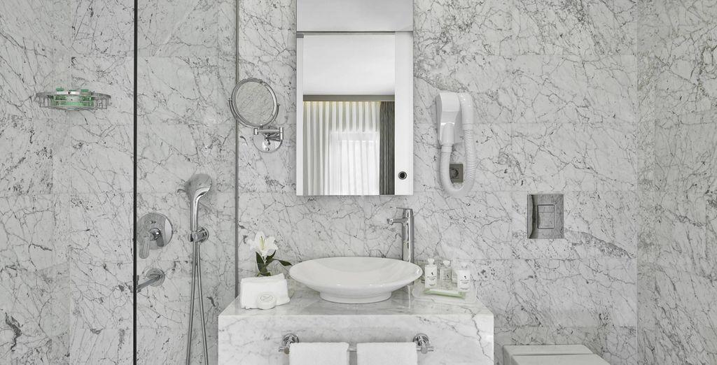 con il suo bellissimo bagno in marmo,