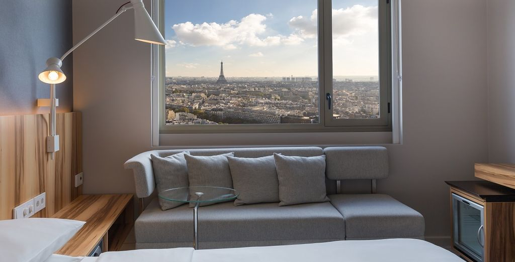 Soggiornerete in comode camere Deluxe con vista sulla città e la Tour Eiffel