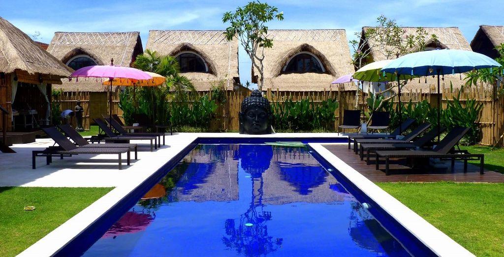 Hotel di alta gamma con piscina esterna riscaldata e zona relax a Bali, Indonesia.