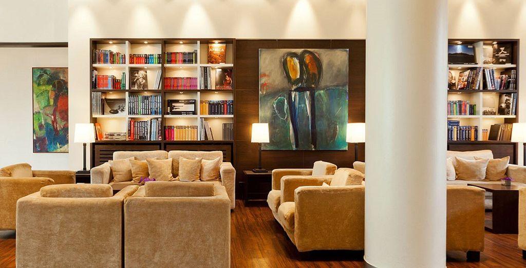 In un hotel dagli ambienti ampi, luminosi e moderni