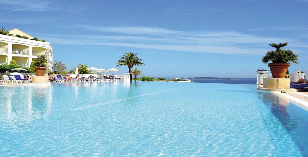 Hotel di lusso e residence di lusso a Cannes, Francia, con piscina esterna riscaldata e spaziosa zona giorno.
