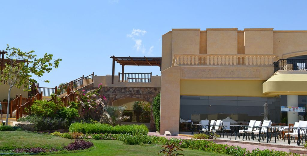 Una struttura con spazi verdi e angoli dove rilassarsi