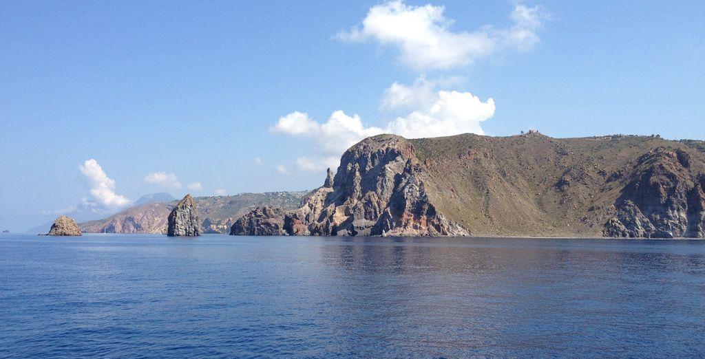 Navigherete lungo la magnifica e selvaggia costa sud-ovest dell'Isola di Salina