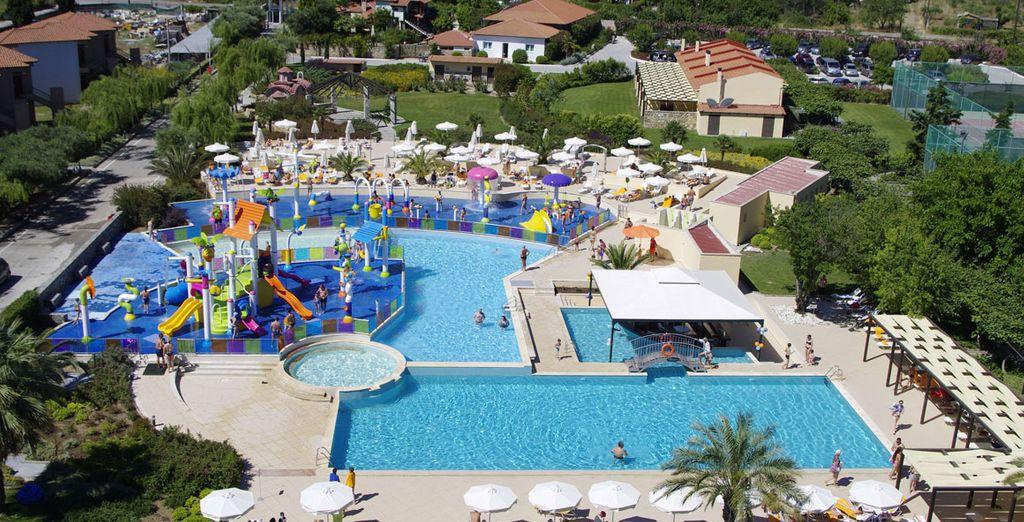Un complesso con piscine e scivoli adatti a tutta la famiglia
