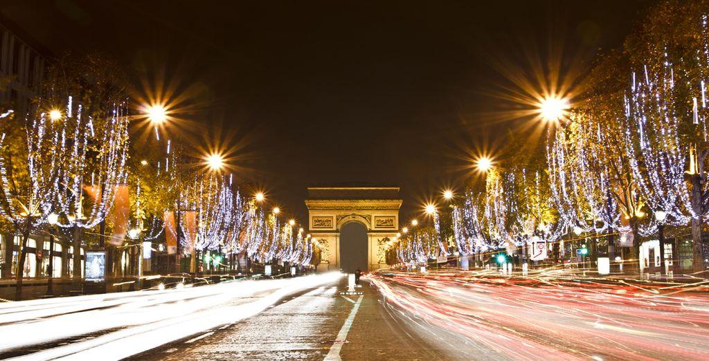 Una passeggiata serale sugli Champs-Élysées: un'esperienza romantica e unica