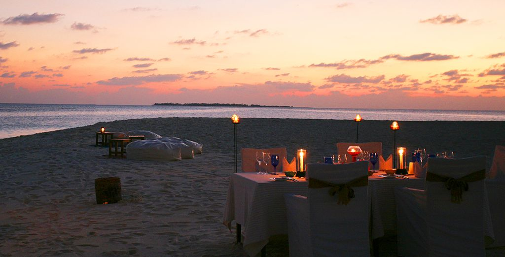 Godetevi la magia di una cena a lume di candela sulla spiaggia