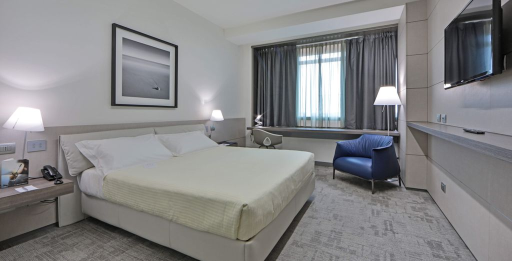 Hotel di lusso in affitto, 4 stelle con letto matrimoniale, camera spaziosa e vista panoramica della città di Bologna