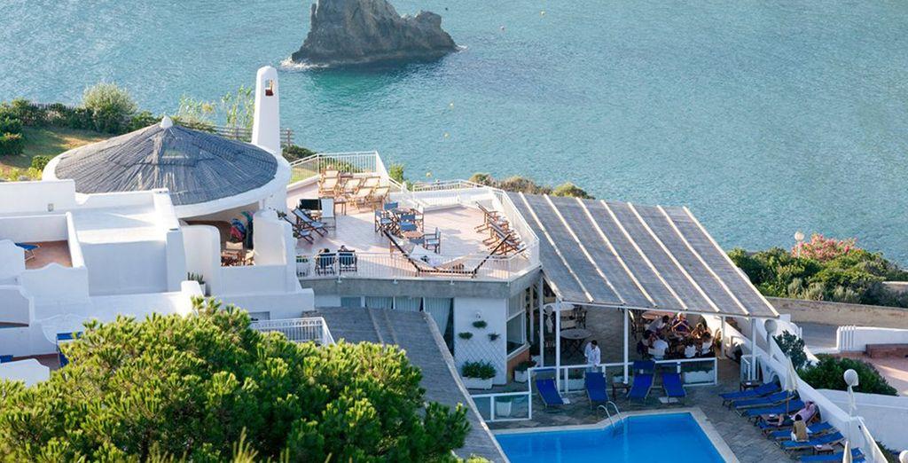 con magnifiche terrazze a picco sul mare