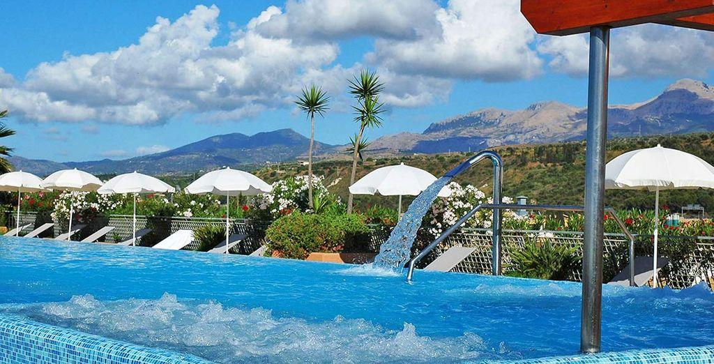 Una grande piscina con vari tipi di idromassaggi