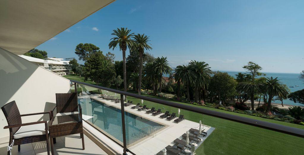 E gode di una vista sulla piscina dal balcone o terrazza