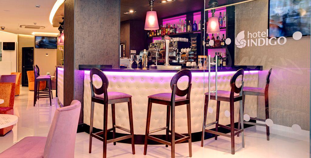 Assaporate un drink al bar con gli amici