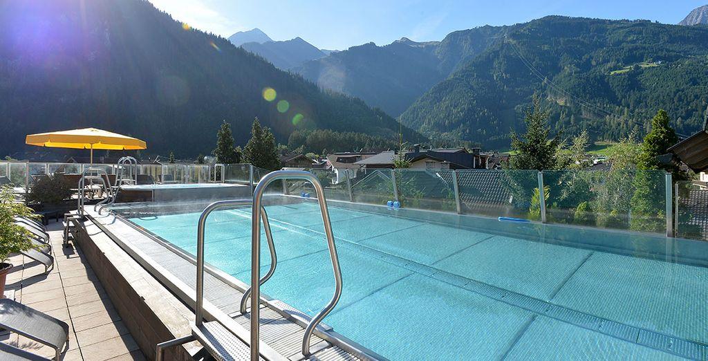 La splendida piscina sul tetto è l'ideale per godersi il sole