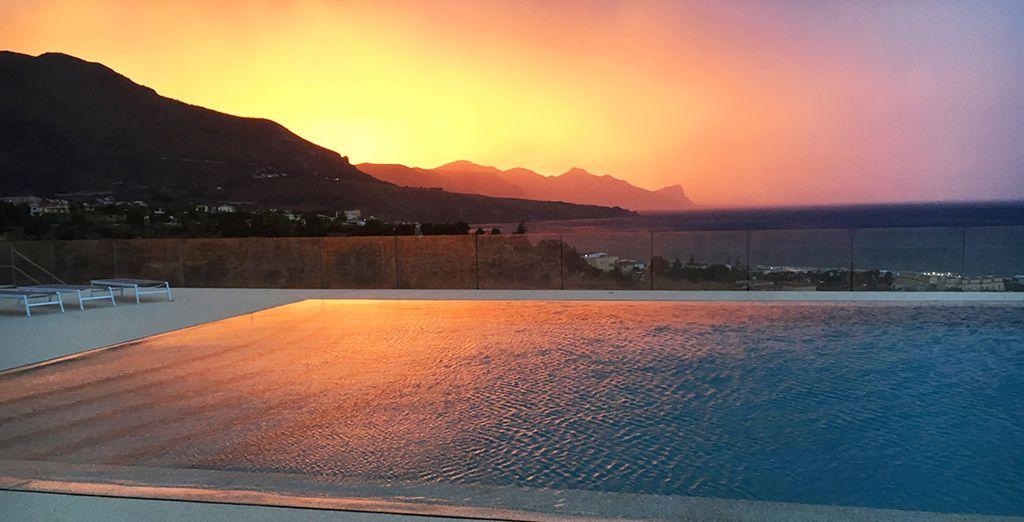 Una magnifica piscina esterna con vista sul Golfo