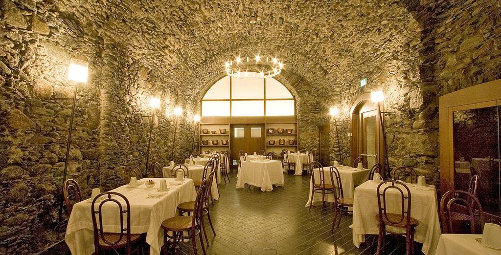 Soffitti e pareti in pietra, ambiente lounge e sapori ricercati