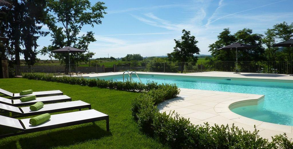 o godete del sole a bordo piscina
