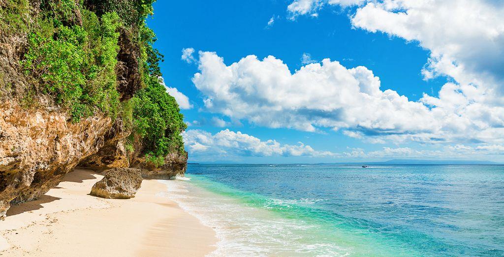 circondato dai colori scintillanti del mare di Bali