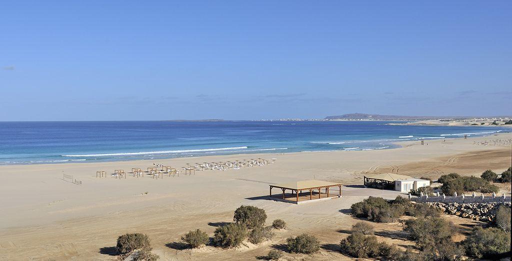Rilassatevi sulle lunghe spiagge bianche e mare cristallino