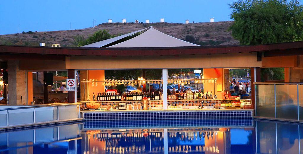 Il bar della zona piscina vi aspetta durante la giornata per un cocktail