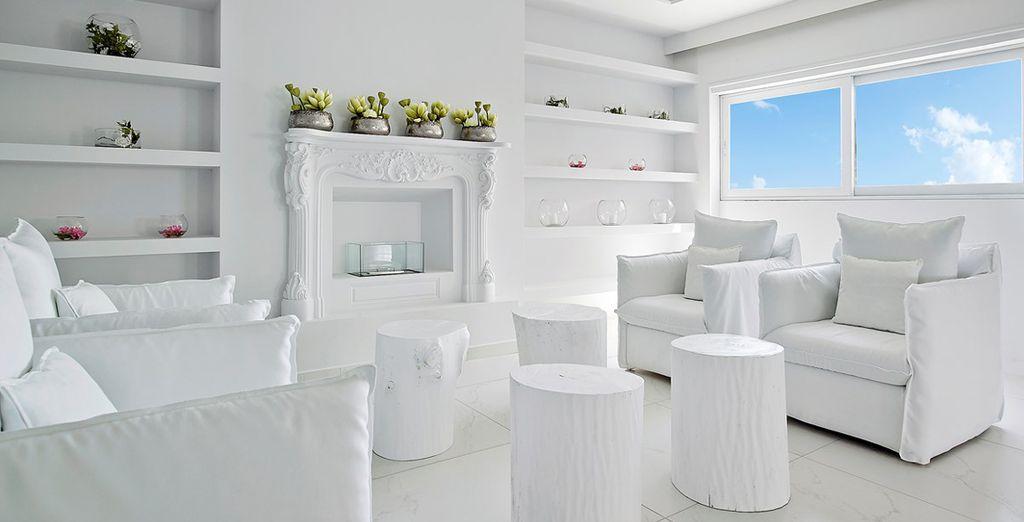 Il vostro elegante Dimitra Beach Hotel 4* vi attende in una location raffinata