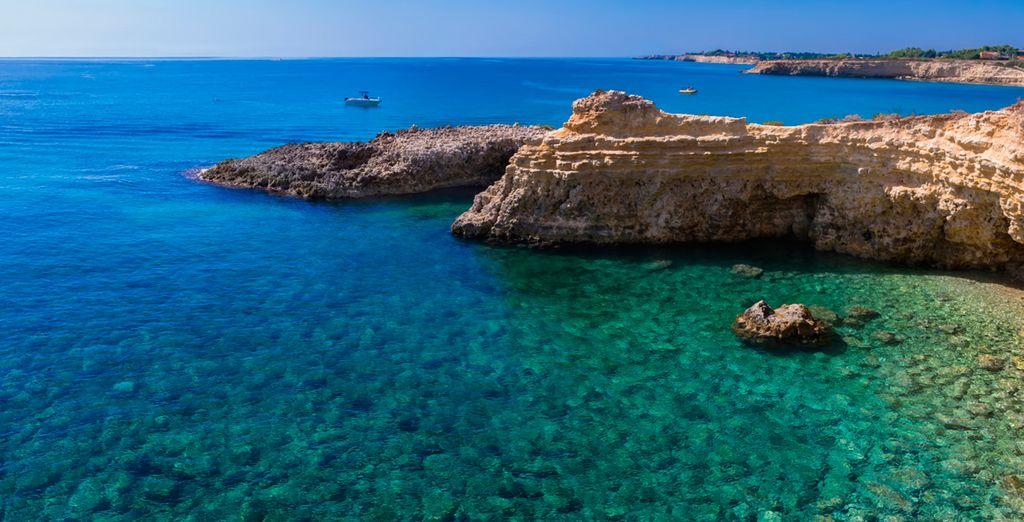 Il mare cristallino e gli splendidi paesaggi vi ruberanno il cuore.