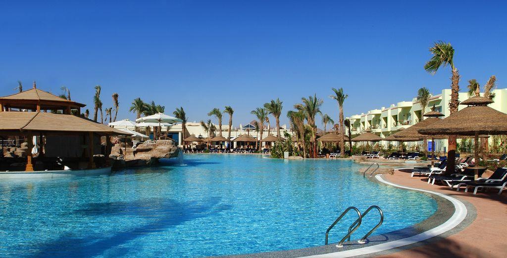 Il sole di Sharm si specchia nella piscina principale