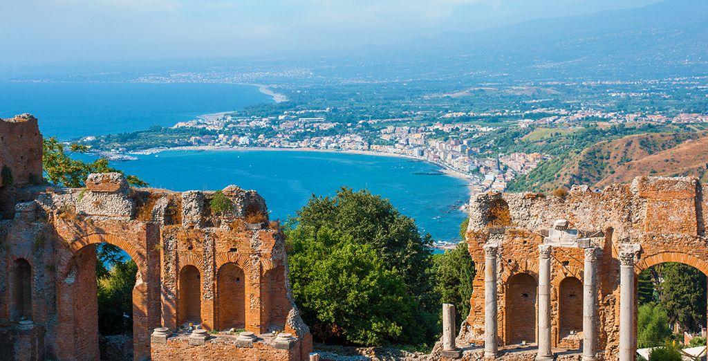 Visitate la splendida Taormina, una terrazza naturale sul mare
