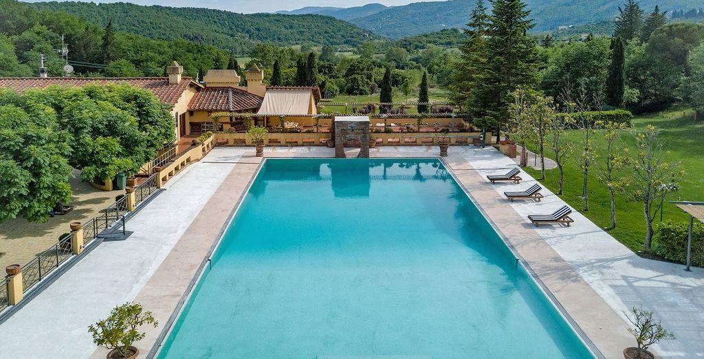 La grande piscina della villa domina la scena
