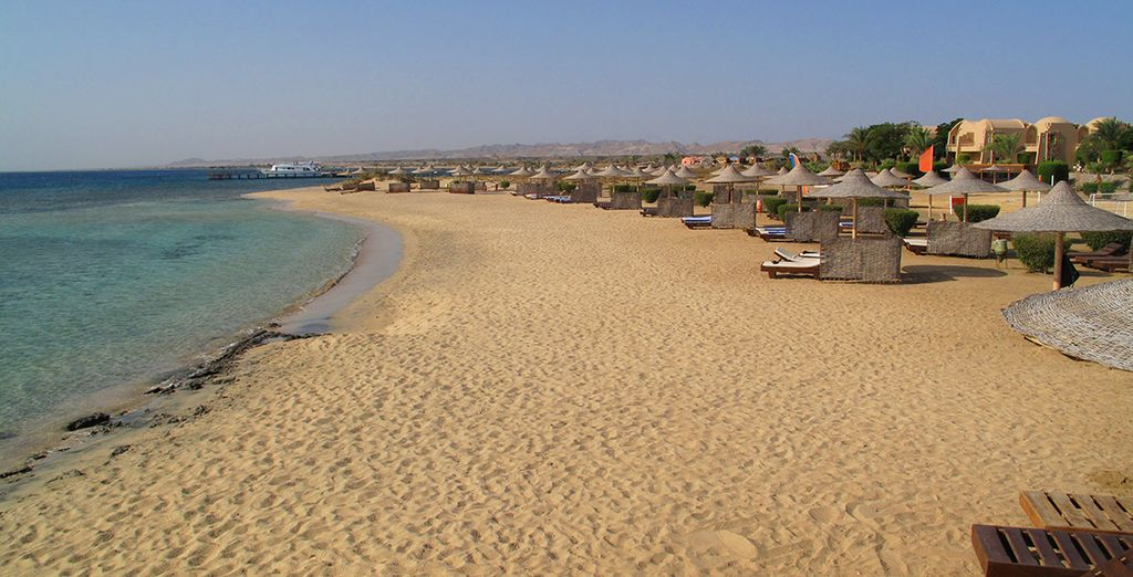 o riposare sulla lunga spiaggia privata dell'hotel
