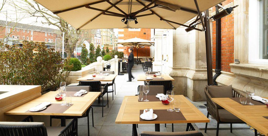 Se preferite stare all'aria aperta, il ristorante The Terrace è il luogo che fa per voi