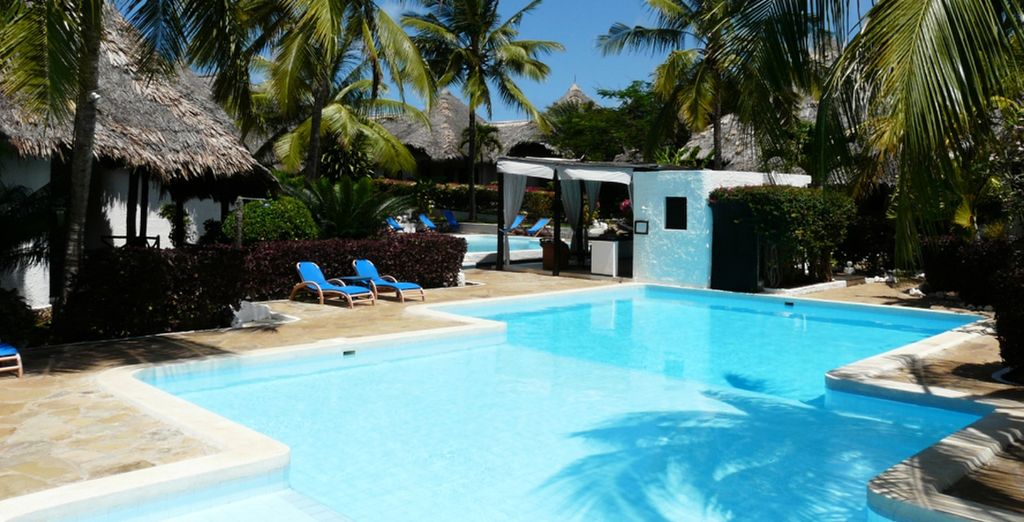 Godrete di relax a bordo piscina al centro del villaggio