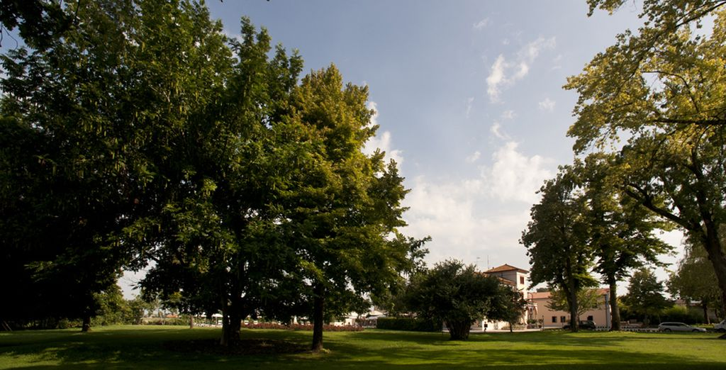Un vasto parco alberato circonda la struttura